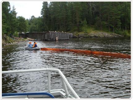 06/08/2009 Установка бонового заграждения. Ограждается участок акватории, примыкающей к разорванному участку трубопровода.