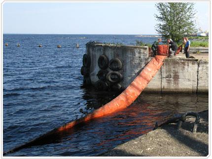 Постановка боновых заграждений в Петрозаводской бухте