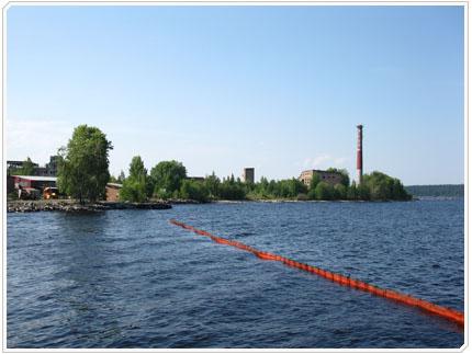 Поставленное боновое заграждение в Петрозаводской бухте